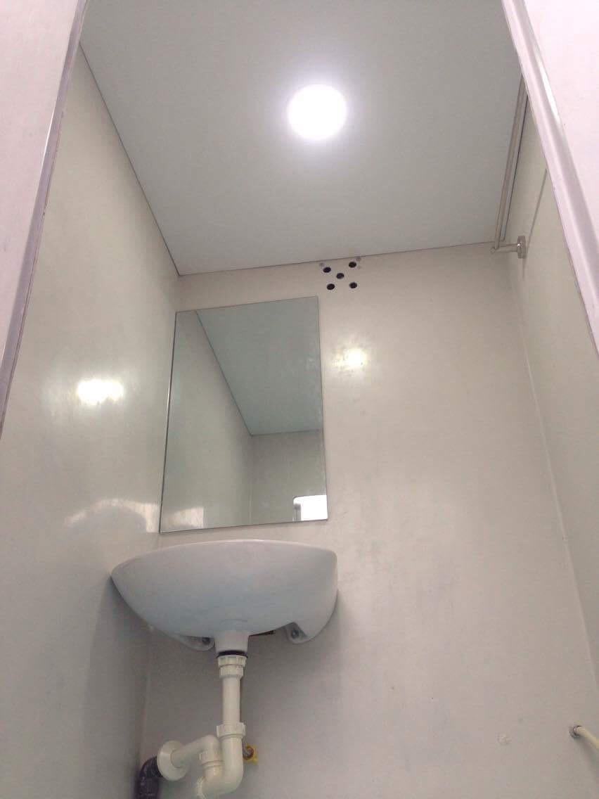 Đèn Leb bên trong cấu tạo nhà vệ sinh di động